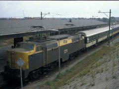De NS 1211 is net het station binnengelopen met trein 826 uit Maastricht. Achter de loc een uit trein Int 496 afkomstig CFL-rijtuig dat als versterkingsrijtuig in een aantal binnenlandse treinen meereed en de volgende dag in trein Int 495 het land weer verliet. Normaal gesproken was dit een SBB-rijtuig, maar soms werd ook een CFL-rijtuig ingezet.