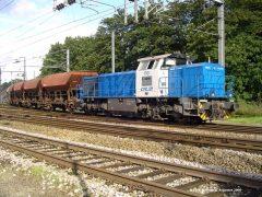 CFL 1701 rangeert met de grindtrein om de wagons te lossen.