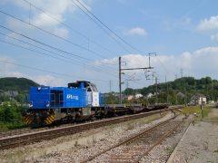 CFL Cargo 1581 passeert met een korte goederentreint in de richting van Rodange.