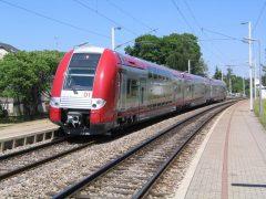 CFL 2201 rolt uit langs het perron van Munsbach. Het stel is als RB 4938 onderweg van Wasserbillig naar Luxemburg.