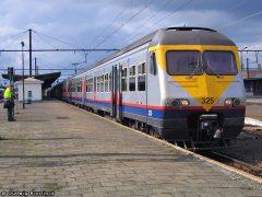 De CFL bezit 2 treinstellen van de Belgische serie AM 80, de zgn. Breaks. De CFL stellen 325 en 326 rijden mee in de Belgische omloop en komen zeer zelden in Luxemburg. Met een beetje geluk tref je de stellen goed fotografeerbaar in België aan.   CFL 325 is samen met de Belgische stellen 315 + 323 + 408 als trein IR 3613 onderweg van De Panne naar Brussel-Nationaal-Luchthaven.