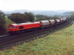 De GM-EMD DE 61 tijdens de vergelijkingssessie met de CFL serie 3000 en ME26 welke per toerbeurt deze 1800 ton zware trein trokken tussen Wasserbillig en Wecker. Verdere info in Spoorgroep Luxemburg Periodiek 59.