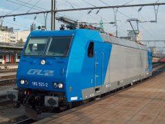 De levering van de nieuwe huurlocs van de serie 185 vlot lekker. Inmiddels zijn er al 4 aanwezig. Op 7 oktober 2003 arriveerde de 185 521-2 als derde loc in Luxemburg, gevolgd door de 185 522-0 op 30 oktober 2003. Inmiddels zijn enkele locomotieven in een aangepaste omloop in dienst gesteld. CFL 185 521-2 heeft zojuist een personentrein vanuit Ettelbruck naar Luxemburg gebracht en rijdt nu naar het depot voor een korte pauze.