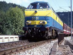 In de zomer van 1994 was de draad al gespannen, maar nog niet in gebruik voor de doorgaande treinen op de lijn Luxemburg-Luik. NMBS 5531 laat zijn markante geluid horen als het met een sleep rode M2 rijtuigen onderweg is. Meer info over het dorpje vindt u op Maulusmuhle.